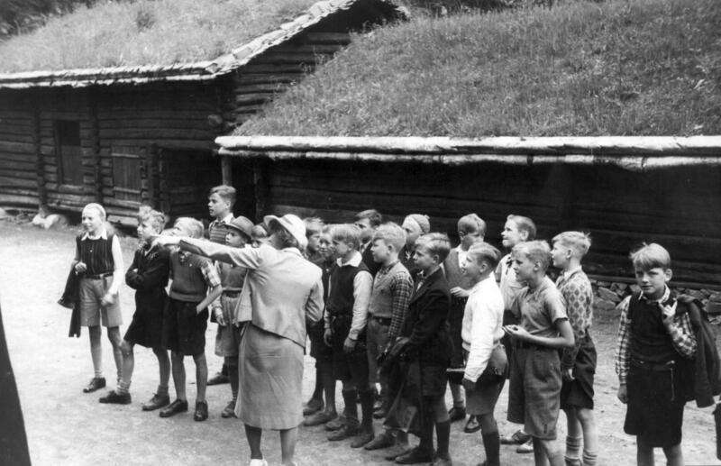 Skolebarn på museet i,1942 (Foto/Photo)