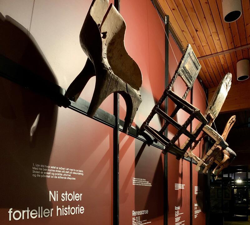 Stoler som henger på veggen i den stilhistoriske utstillingen Form på Glomdalsmuseet (Foto/Photo)