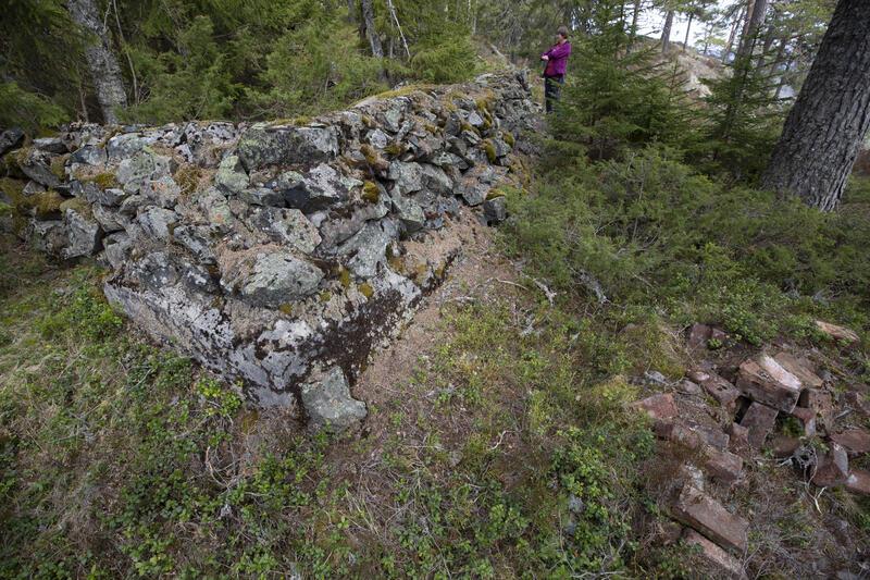 Grunnmur for mannskapsbrakka utenfor stollen, med en haug teglstein t.h. (Foto/Photo)