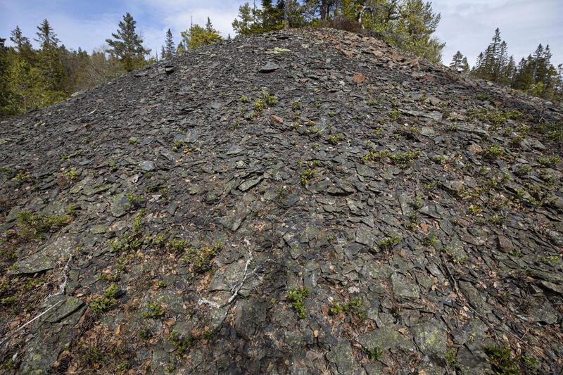 Berghald med tynn, flaket stein, trolig fra fyrsetting og muligens fra driften av «motorten» for stollen sørover fra bunnen av Nr. 5. (Foto/Photo)