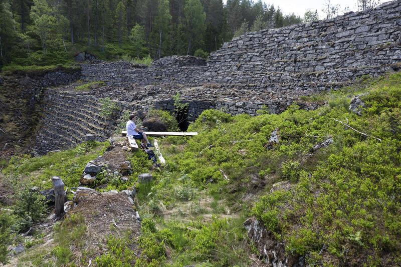 Linnertdammen (1789) har en 12 m høy yttermur ned i slukten ved Kunstbekken, men reguleringshøyden er bare 5 m til utløpet – her har dugnadsfolket lagd en hvilebenk på tvers av utløpsrenna nordover. Dammen er et ekstremt eksempel på omfattende arbeidsinnsats for å demme opp en relativt liten vannmengde. Den inngikk i det store prosjektet med Christian 7. stoll som var Sølvverkets storsatsing i 1780-årene. (Foto/Photo)