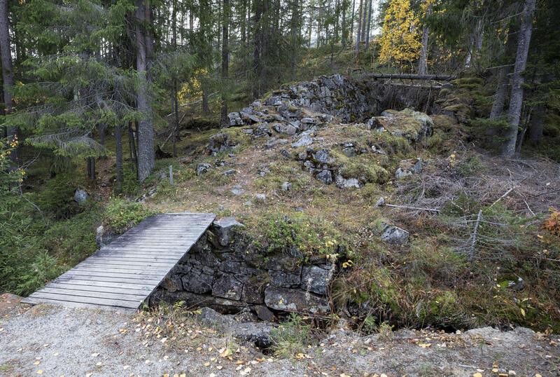 Den nederste av tre hjulstuer ved Hannibal pukkverk (3) var opprinnelig bygd i 1686 for å drive pumpene i Hannibal gruve, som erstatning for ei hjulstue lenger ned. Pukkverket var i drift til 1830-årene. (Foto/Photo)