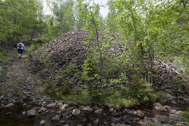 Etter to bekkekryssinger går stien opp til Kronprinsens gruve (11) mellom berghaldene. (Foto/Photo)