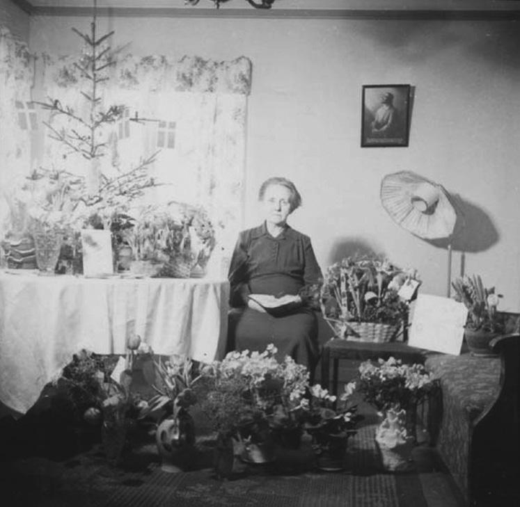"""Ida Tingren i Jönköping fyller 70 år.  På gratulationskortet till vänster står """"Vår hjärtliga lyckönskan på 70 årsdagen 1879-7/1 1949 2.12 92""""."""