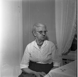 Porträtt av Signe Pettersson, 70 år, i hemmiljö.