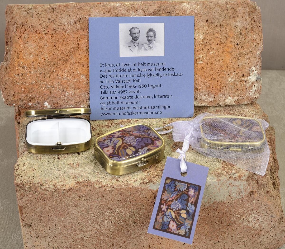 Vakker og praktisk. Nydelig gave i tyllpose og medfølgende informasjon. Pilleeske (4x5,5 cm) kr. 105,- (Foto/Photo)