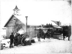 Trøsking med dampmaskin på Tandæter Vestre i Kolbu ca. 1896.