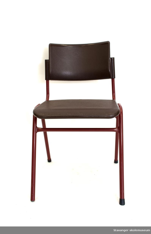 Elevstol av stålrør og plast. Burgunder/brunrød. Sete av brun plast