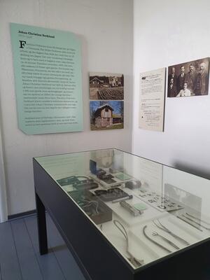 Utstillingsmonter med legeutstyr, inventar i legekontoret. Foto/Photo