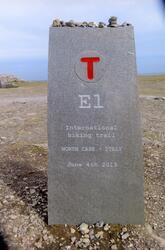 Nordkapp. Europagangstigen E1-merke på platået. Sommeren 201