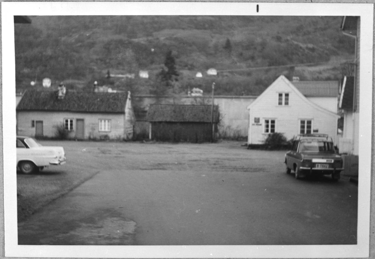 Utsnitt frå Skånevik, ca. 1950. Det gamle posthuset til høgre.