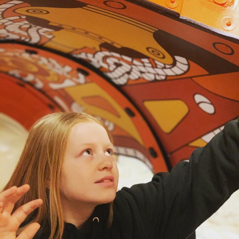 Barn som leker i ubåten i museumsutstillingen (Foto/Photo)