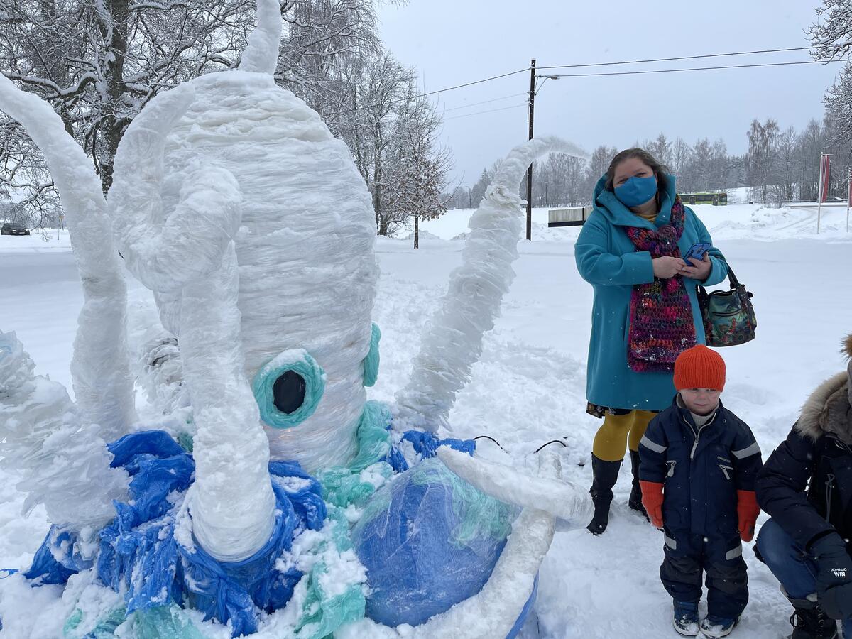 Nathalia Strenkova ved siden av skulpturen hun laget til Klimakunst i parken: «Et hav av plast (an Ocean of Plastic)» (Foto/Photo)