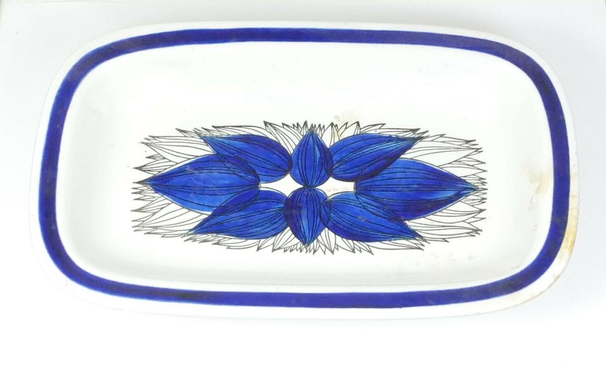 blå kant og stilistisk blome-mønster