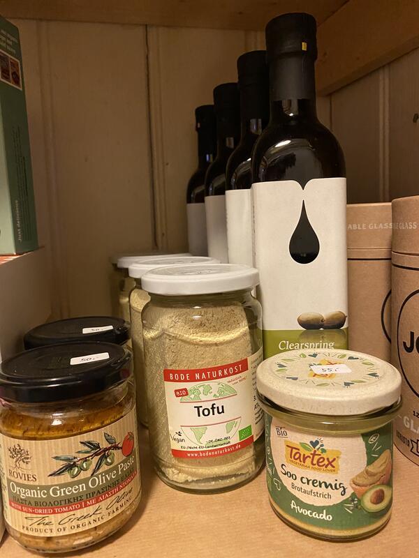 Olivenolje fra Clearspring kr 120,- Tofu i lake kr 50,- Tartex avokadopålegg kr 55,- Oliventapenade kr 50,- (Foto/Photo)