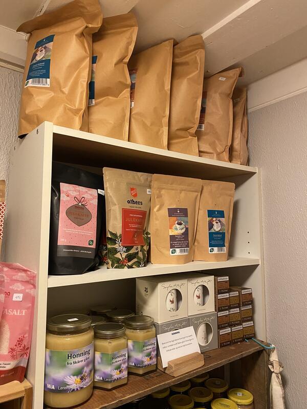 Hele kaffebønner 1 kg kr 300,- Hele kaffebønner 250 g kr 90,- Honning 1 kg kr 375,- Honning 450 g kr 175,- (Foto/Photo)
