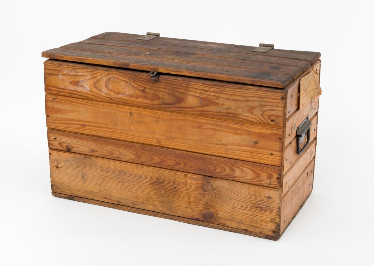 Kasse, oppbevaringskasse i tre, for de første motorsagene fra Jo-Bu. Jo-Bu-modellene Juinor, Viking og 93 ble levert i slike kasser. Kassa er bygd opp med faspanel, fire bord  i framsida og baksida og fem bord i hver kortende. Inni kassa er det vertikalt stående trespiler (labanker) i hvert hjørne som forbinder kassebordene. Bunnen består av fire bord (faspanel) som er spikret fast til langsidene og kortsidene. Lokket er sammensatt av fire bord, faspanel, med to tverrgående trespiler (labanker) på undersiden. Lokket er hengslet med to hengsler som er skrudd fast til lokket og baksida av trekassa med seks sporskruer. Midt på lokkets framkant og kassas front, er det påmontert låseblikk hvor det kan henges på en hengelås. Trekassa har svartlakkerte bærehåndtak av jern i hver kortende.