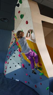 Jente som klatrer. Foto/Photo