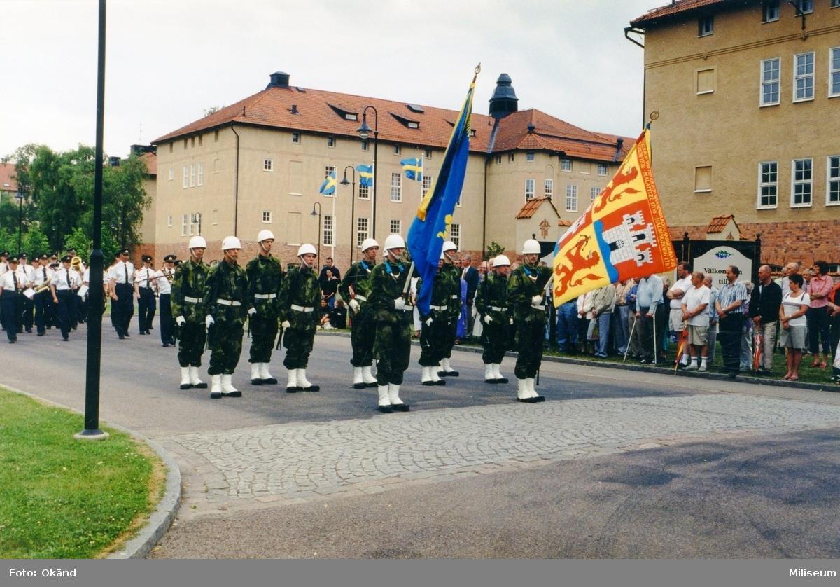 Eksjö vaktparad vid starten på gamla I 12 området. I täten Ing 2:s och f.d. I 12:s fanor. Chef musikkåren Johan Lindenmo med staven. Eventuellt är den fråga om Nationaldagsfirande 6 juni.