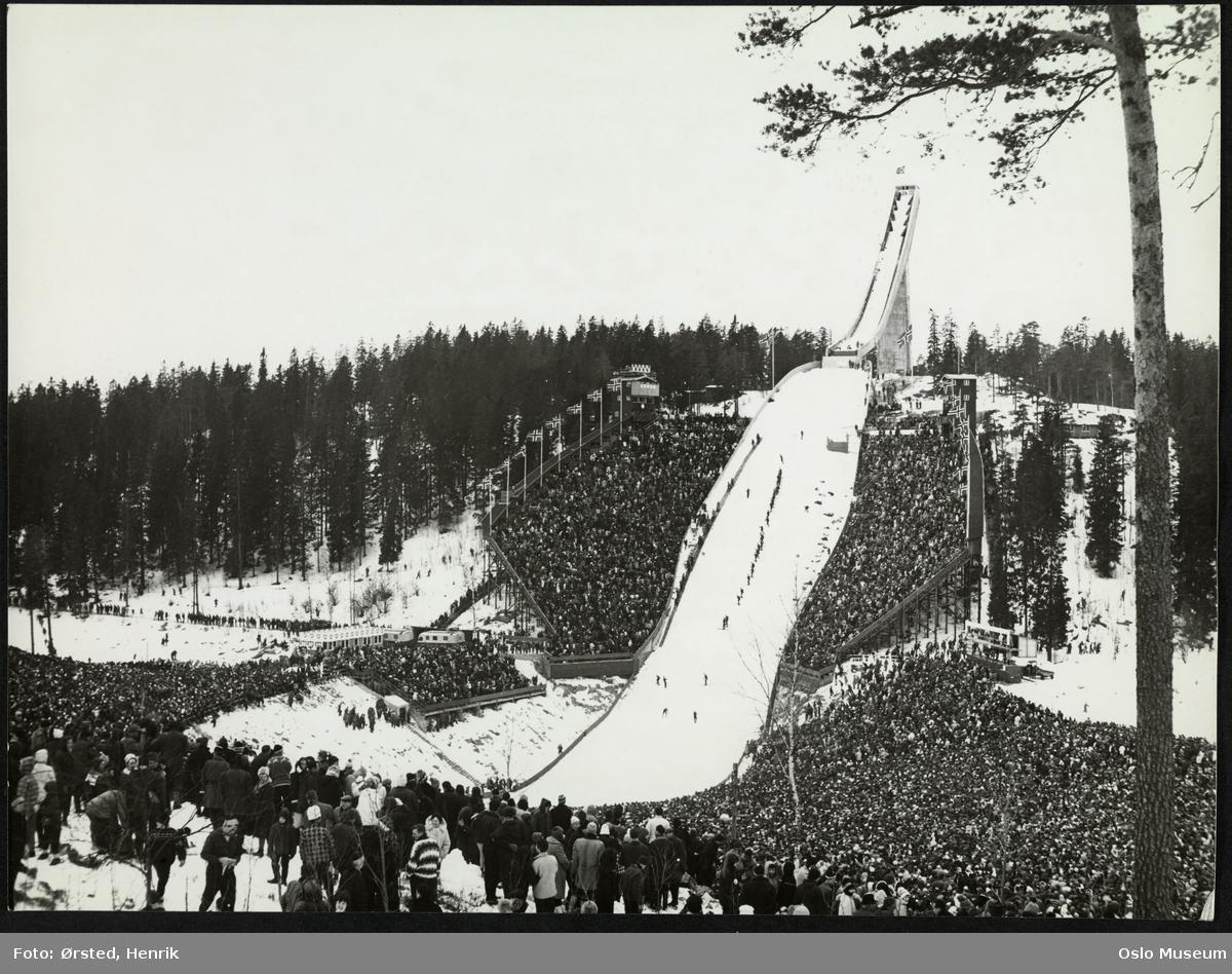 Holmenkollbakken, hopprenn, mennesker, publikum,  skog, snø