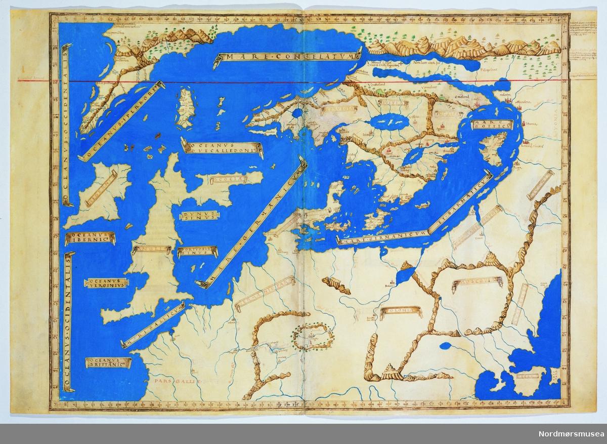 På slutten av 1300-tallet gjenoppdaget Europa den greske geografiske kunnskapen da 1200-tallsavskrifter av grekeren Ptolemaios' verk Geografia (skrevet på 100-tallet e.Kr.) ble tatt med til Europa av mennesker som flyktet fra Konstantinopel i frykt for osmansk invasjon. Manuskriptene hadde trolig vært oppbevart i bysantinske klostre. Geografia ble oversatt fra gresk til latin i 1406.   Etter at trykkekunsten ble oppfunnet kom Geografia også ut som trykte bøker. Selv om Ptolemaios representerte noe nytt for 1400-tallseuropeerne, ble det raskt klart at hans geografiske kunnskap ikke var komplett. Eksempelvis var ikke det nordlige Skandinavia inkludert i Geografia.   Nicolaus Germanus, som var redaktøren for den trykte 1482-utgaven av Geografia, supplerte verket med en håndfull regionkart over områder som ikke var omtalt av Ptolemaios. Disse nylagede kartene kalles tabula novae, «nye tavler». Nordenkartet i 1482-utgaven er en slik tabula nova – det første trykte nordenkartet.   Germanus tegnet flere eksemplarer av nordenkartet for hånd før den trykte utgaven hans kom ut i 1482. Disse håndtegnede nordenkartene kan deles i to hovedkategorier, kalt A- og B-redaksjonene. Inndelingen er basert på hvor på kartet Grønland er plassert. Kartet på bildet tilhører A-redaksjonen, der Grønland vises som en avlang halvøy vest for Island. B-redaksjonen viser Grønland som en butt halvøy nord for Norge. Det var B-redaksjonen Germanus endte med å bruke som mal for sitt trykte nordenkart i 1482-utgaven. Det var ikke uvanlig å tegne av andres kart, og hvorvidt det var Germanus som tegnet akkurat dette eksemplaret vet vi ikke.      Jeg ville omtalt kartet som en håndtegnet tabula nova. Dette eksemplaret skiller seg imidlertid ut fra de andre av Germanus' nordenkart, iom at det viser Europa lenger sør enn det resten gjør. Veldig interessant!   Nordenkartene Germanus tegnet regnes vanligvis ikke som portolankart. De har heller ikke noe med nederlenderne å gjøre, det var først fom midten av 1