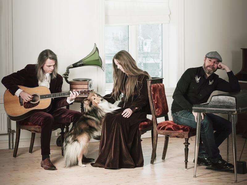 """Narum-søksnene sitter med instrumenter og en hund inne i et rom """"heme"""". (Foto/Photo)"""
