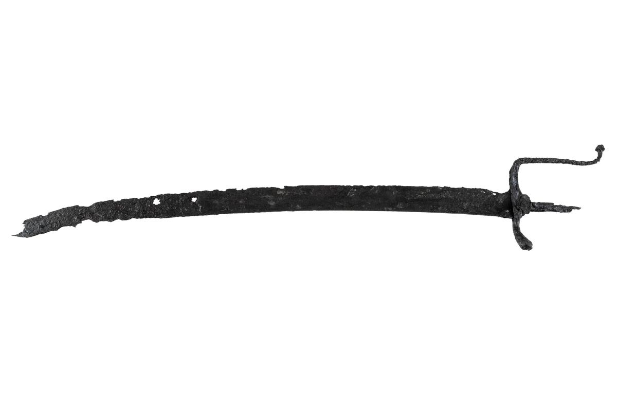 Sabel av järn, ungefär 810 mm lång, varav klingan 670 mm och fästet 140 mm. Klingans bredd är upp till 35 mm. Spetsens yttersta 200 mm har dubbel egg.