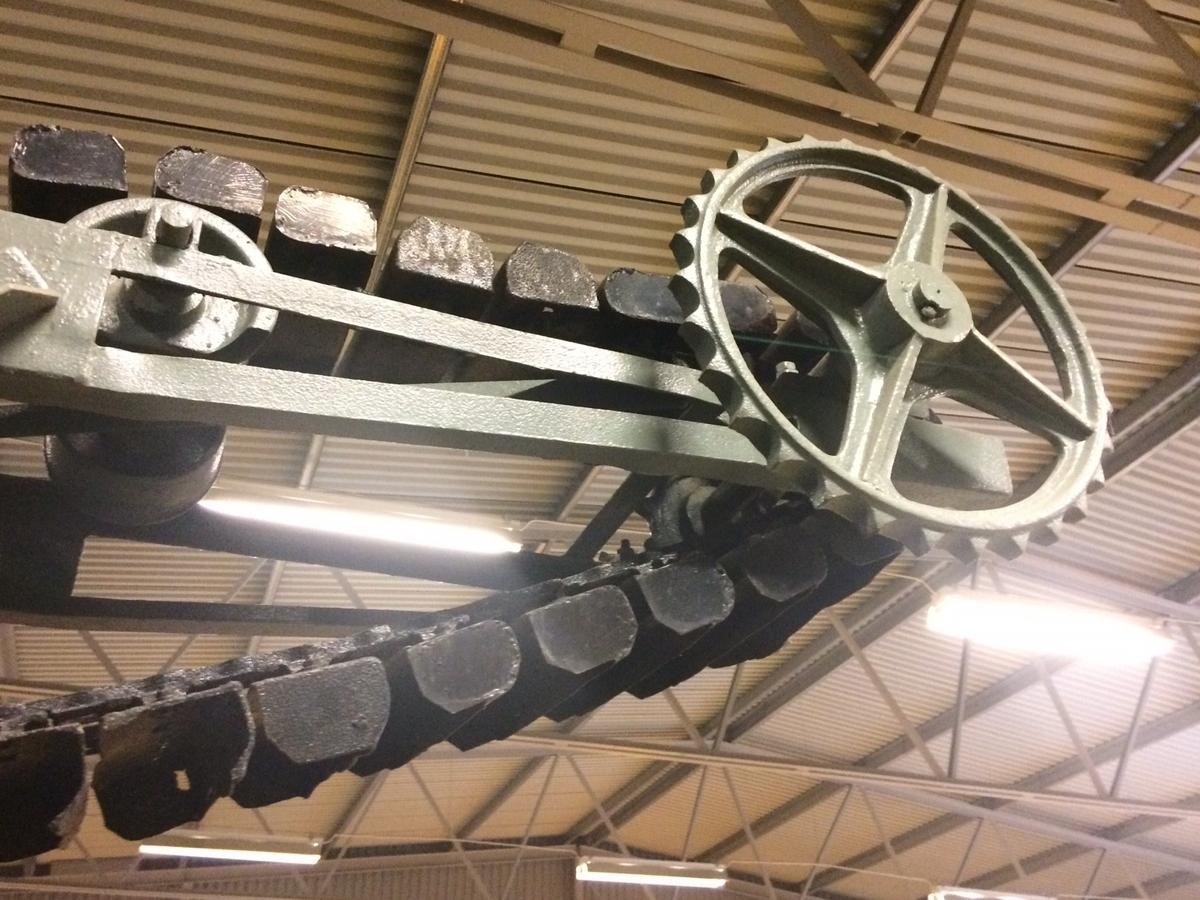 Gråmålat sorteringsverk, på chassi med fyra järnhjul, med dragstång. Kort grussorteringstrumma, svartmålad. Valsar för transmissionsdrift, en vals av trä, gummiklädd av gamla däck. Uppfordringverk med skopor, svartmålad. Sorterarens trumma består av svensk stålplåt.  Tillverkare: AB Åbjörn Anderson Svedala Modell/typ: Kombinerad No 15 MS År: 1930-tal