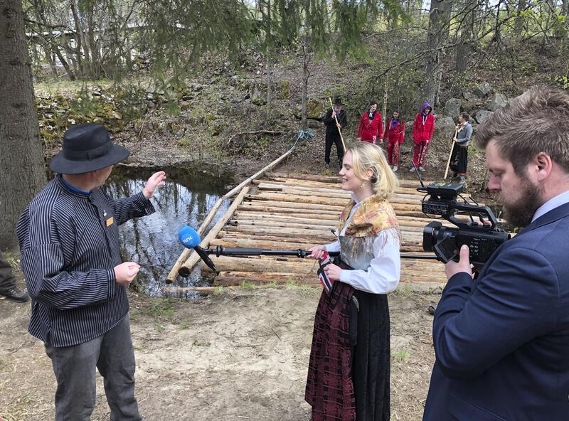 NRK filmet da russen løppå tømmerstokker på Prestøya 17. mai 2020. (Foto/Photo)