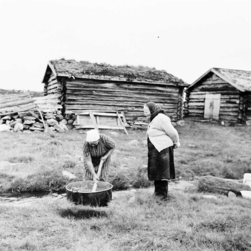 Skånborket seter, Rendalen. Julie Eggen ser på når Aslaug Mømb rører myssmøret kaldt. Foto: Rachel Haarseth/Anno Musea i Nord-Østerdalen. (Foto/Photo)