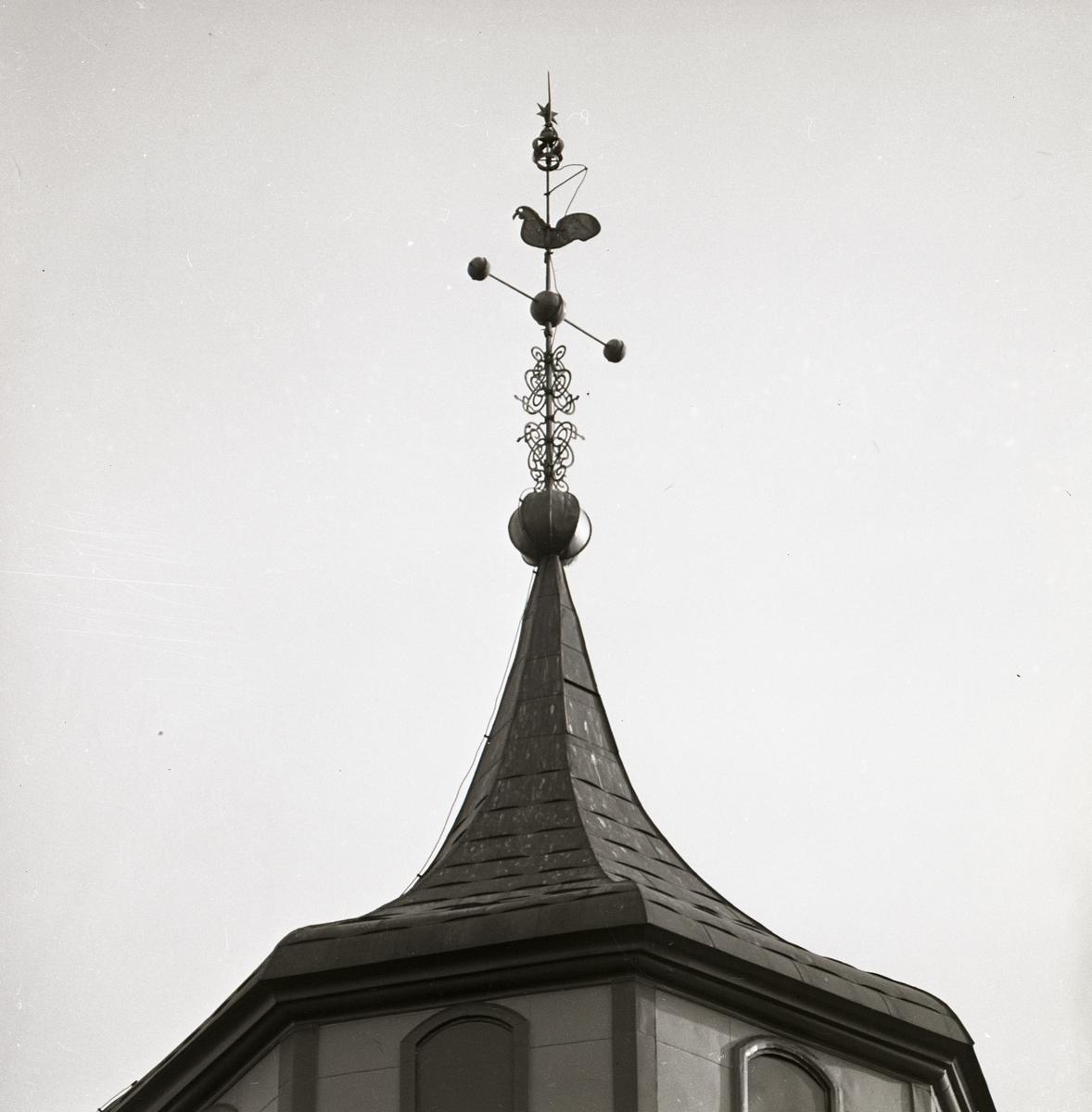 Torn med spira med kyrktupp på taket till Ulrika Eleonora kyrka i Söderhamn, 1973.