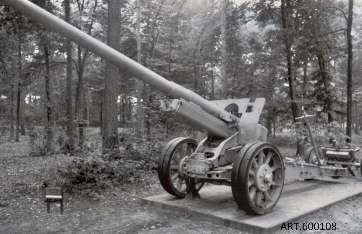 """12,2 cm sovjetisk kanon med grund i m/1931-37,  """" A 19"""". Främst lavetten moderniserades i flera omgångar.  Museets kanon är den moderniserade versionen som främst i Östeuropa var i tjänst ända till 1990. Den är gjord obrukbar men utvändigt i bra skick. 25 kanoner, krigsbyte,""""122K/31"""", fanns kvar länge i finska artilleriet, främst kustartilleriet där det genomfördes ett eldrörsbyte till 15,5 cm på 1980-talet.  Ca 2500 kanoner tillverkades i fabriken i Stalingrad. Spränggranat och pansarbrytande granat fanns. Samma eldrörstyp användes dessutom till stridsvagn JS 2 och 3 samt självgående kanonen ISU-122"""