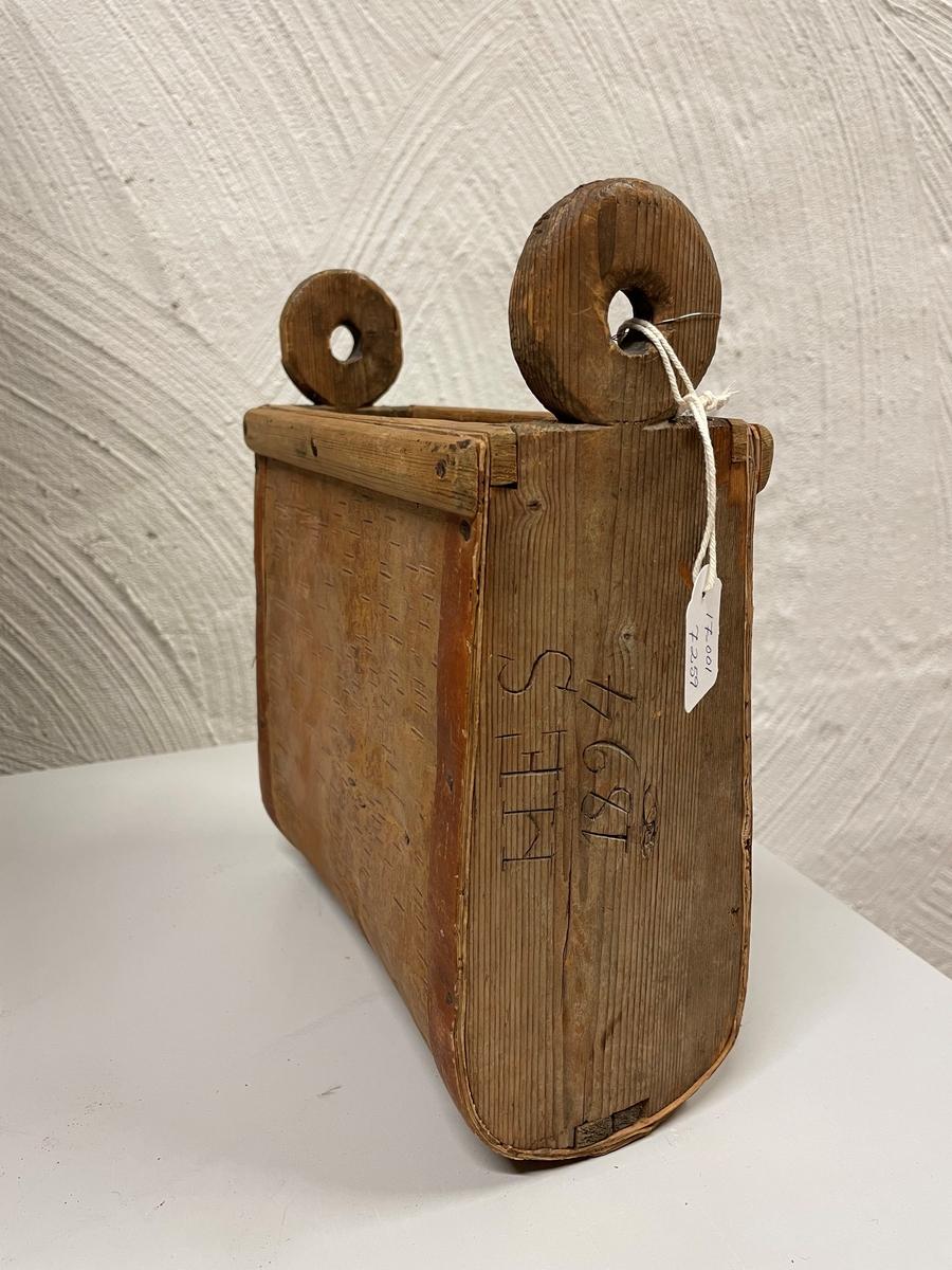 Med gavelsidor av trä å ena träsidan står: H E S 1894.