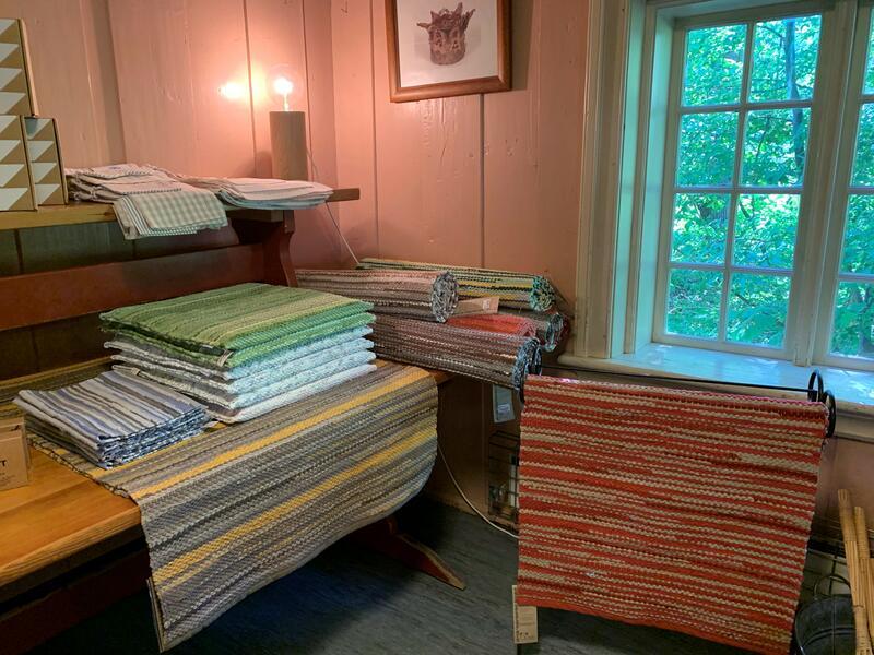 Balder tekstil er et arbeidssamvirke som gir varig tilrettelagt arbeid til personer med nedsatt arbeidsevne. Arbeidet bidrar til at den enkelte arbeidstager utvikler og bruker sine ressurser på en meningsfylt måte. Ved å delta i arbeidet får arbeidstakerne en mestringsopplevelse som gir økt livskvalitet, samt av det produseres mange fine produkter av høy kvalitet med et gode håndverkskvaliteter. Balder tekstil har spesialisert seg på gjenbruk av tekstiler, og produserer filleryer, spisebrikker og andre tekstilvarer. (Foto/Photo)