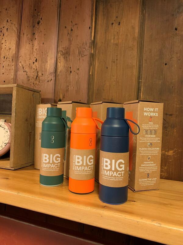 En prisbelønt gjenbruksflaske som fanger plastavfall før det når havet! Hver eneste dag havner 22 millioner kg plast i havet! Ocean bottle jobber med å fange opp denne plasten og gjenbruke den. Hver solgte flaske bidrar til innsamling av over 11 kilo plast. Det stopper plast tilsvarende 1000 plastflasker fra å ende opp i havet! På den måten er produksjonen av Ocean Bottle karbonnegativ! Plasten som brukes er såkalt ocean bound plast. Dette er feilhåndtert plastavfall som har endt opp ved kystlinjer og som skylles ut i havet med mindre det blir fanget opp først. Vinner av Green Product Award 2020 (Foto/Photo)