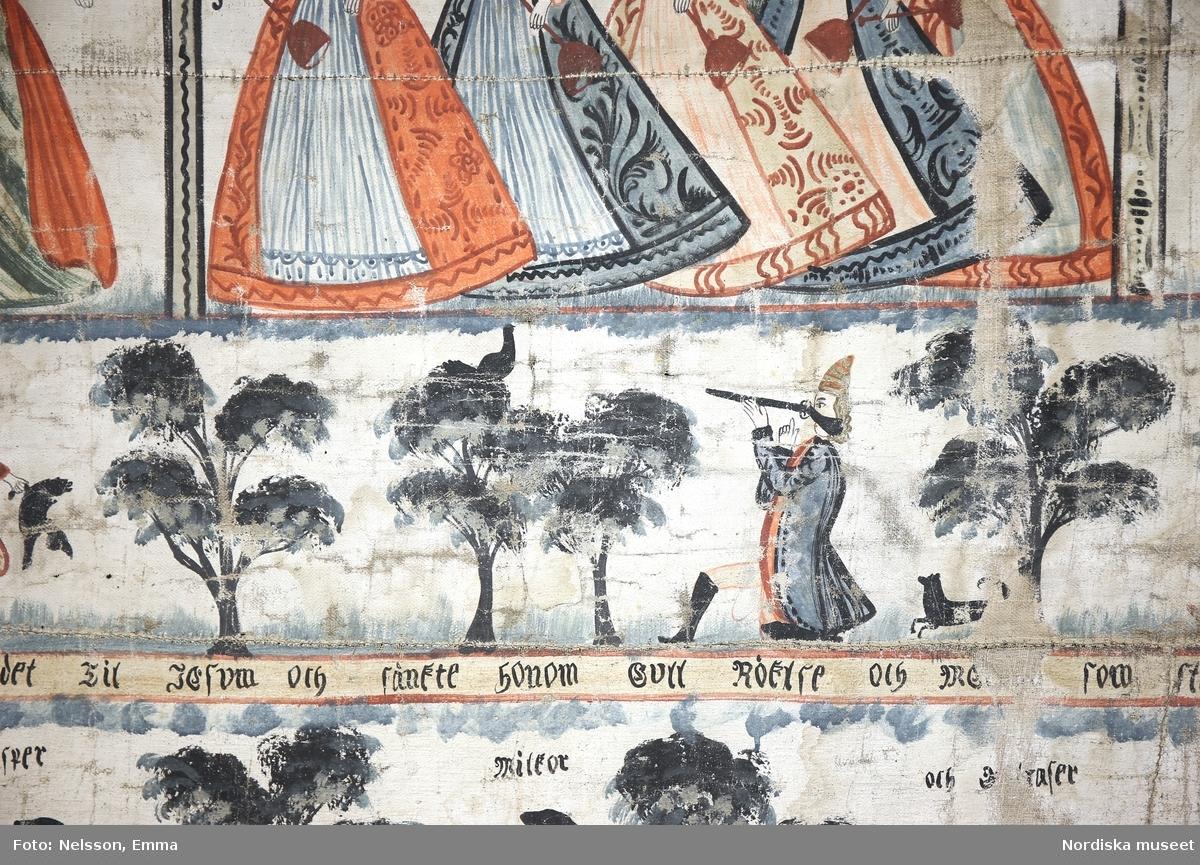 """Motiv i tre plan, det översta föreställande De vitska och de fåvitska jungfrurna (""""De tio brudtärnorna"""" Matt. kap. 25:1-13) samt Simsons kamp med lejonet, (Domarboken kap. 13-16), det mellersta med jaktmotiv, det nedersta med De tre vise männen och den heliga familjen, (Matt. kap 2:1-12).  /Ulla-Karin Warberg 2019-01-30"""