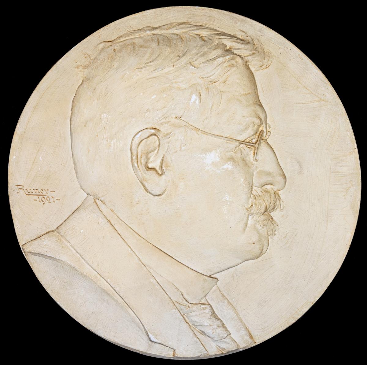 Porträttrelief föreställande professor Virén sign. John Runer 1927.