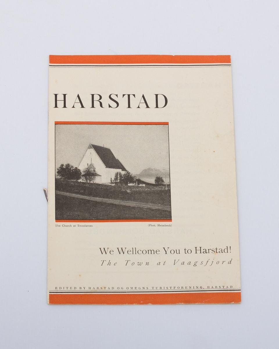 Turistbrosjyre om Harstad på engelsk med beskrivelser og sort-hvitt foto fra Harstad. Det er gitt en kort introduksjon til byens historie og geografi og byens viktigste næringsveier, kommunikasjonsruter og omland.