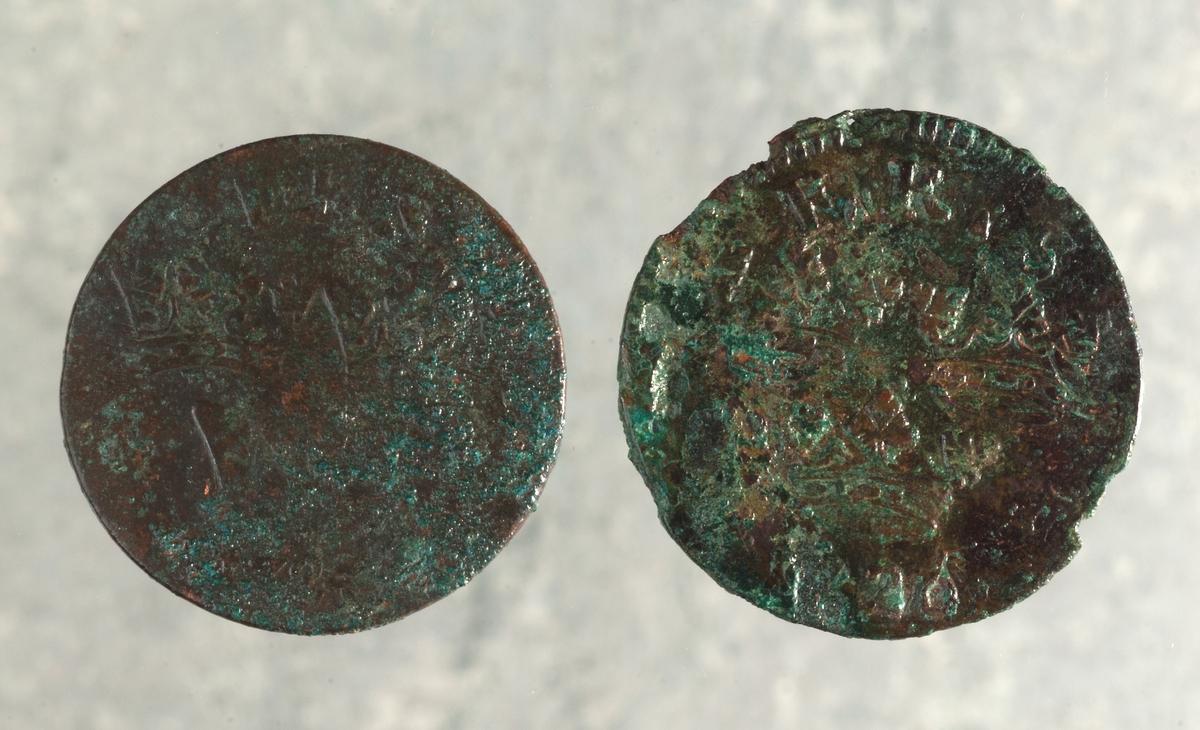 Mynt av kopparlegering. 1 öre KM. Fredrik I (1720-1751). Präglat 1720 i Stockholm. Myntet till höger på bilden.