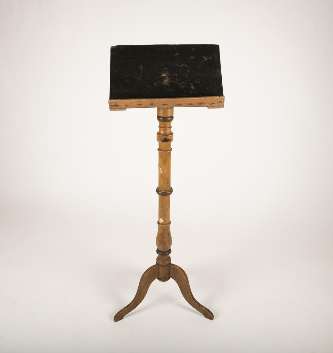 Form: Balusterfot med tre ben.