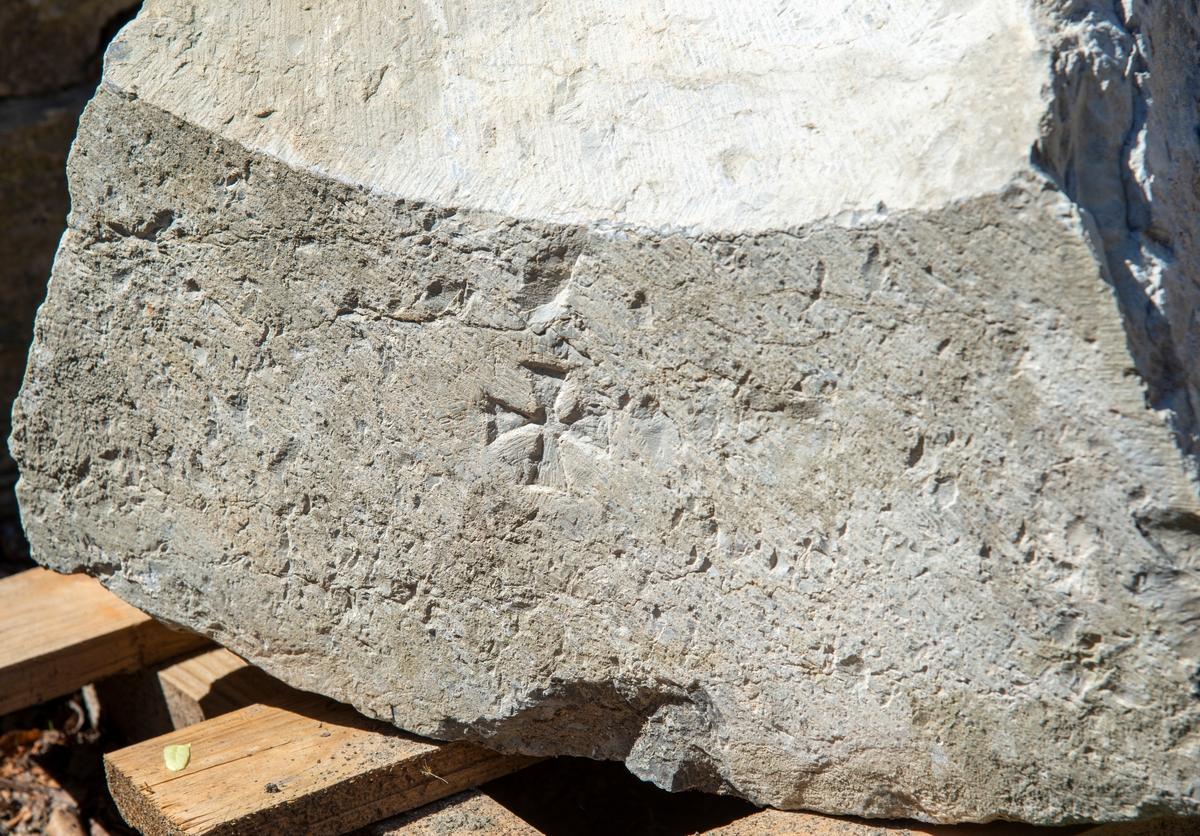 Istandsetting av mur på Storhamarlåven. Murer Tom Greve plukker nøysommelig ned sten for sten, før han til slutt skal bygge opp igjen muren.  Stein som har tilhørt en av dørportalene eller vindus ramme på den gamle domkirken. Den var blitt gjenn brukt i oppbyggingen av Sotrhamarlåven som gårsbygg på 1820-1830 tallet.