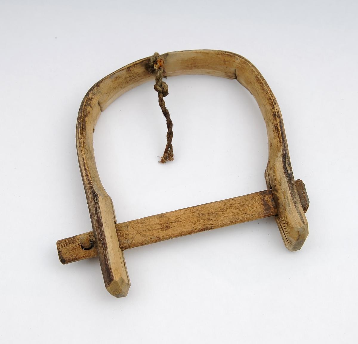 Garnklave og 10 garnnål. Garnklave har en tverrpinne som kan løsnes fra klaven, Utstyret ble brukt under bøting av garn. 10 garnnål hører til garnbøtingsutstyret. I den buede enden av klaven har det vært festet ei snor som ble brukt til å feste klaven til en vegg eller tilsvarende. En tverrpinne kan løsnes fra klaven.   En garnklave er et redskap som brukes til å holde fast garnlinet under binding av fiskegarn. Garnklaven har form som en hestesko med en låsepinne på tvers av åpningen. På motsatt side av pinnen er det feste for et snøre som i den andre enden er knyttet til et fast punkt. Noen klaver var festet til et forsyn med en stor fiskekrok i enden. Garnklavene var laget av et hardt treslag; de var så enkle å lage at de fleste fiskere laget dem selv. Kilde. snl.no/garnklave