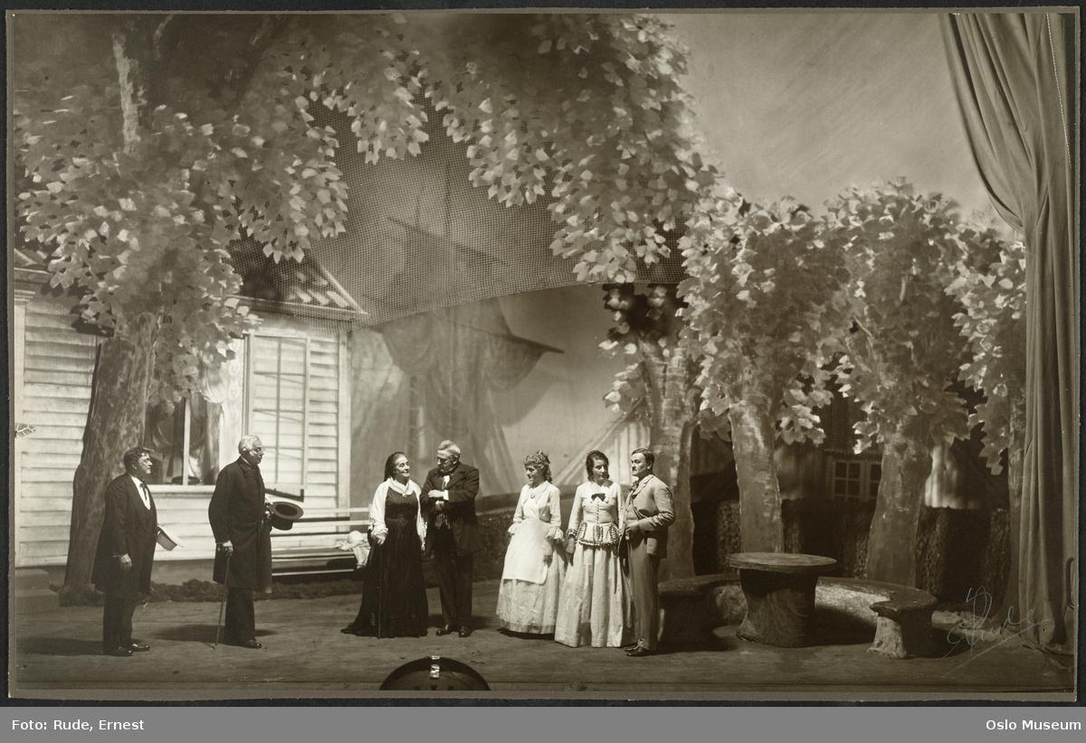 """Nationaltheatret, forestilling, scenebilde, """"Samfundets støtter"""" av Henrik Ibsen, kvinner, menn, skuespillere"""