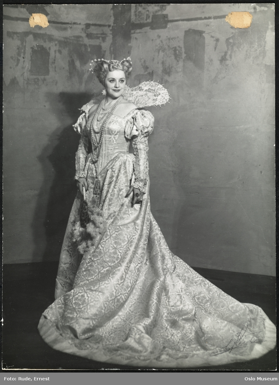 """portrett, kvinne, skuespillerinne, rollebilde, tittelrollen i """"Maria Stuart i Skottland"""" av Bjørnstjerne Bjørnson på Nationaltheatret, stående helfigur, kostyme"""