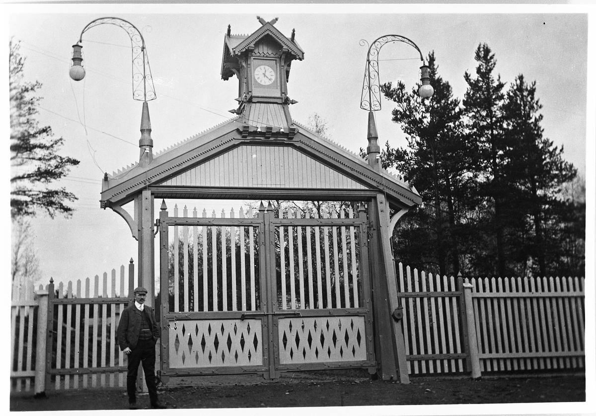 Raufoss Patronfabrikk ca. 1900. Bildet viser den nybygde porten med kaptein Rick foran. Porten er bygd av verksmester Gisle Arnesen.
