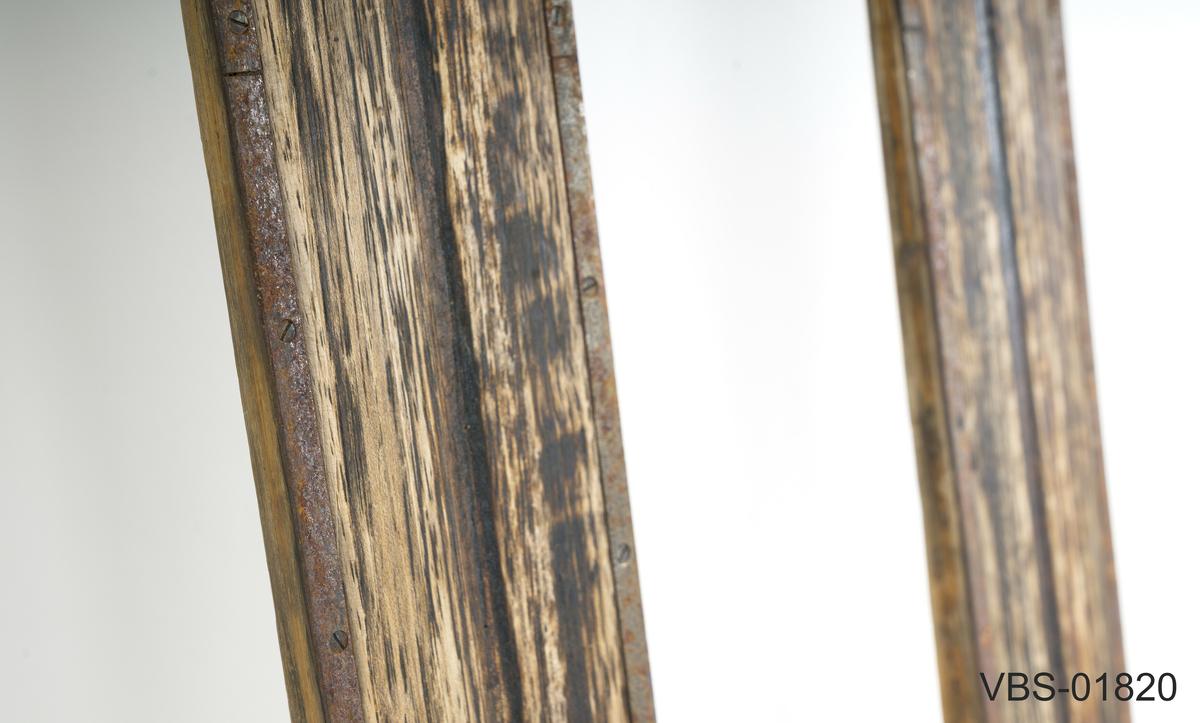 Et par brune fjellski med hvit dekorstripe langs kanten. Bonna fjell merke på skituppen. Lignostonekanter under og stålkanter bak. Stålkanten med ytterligere forsterkning i spissen mangler (bare noen få skruer er igjen). Påmontert Gresshoppa kandaharbindinger (mangler fotplater). Skiene er merket med produsentens merke Bonna fjellski og serienummer.