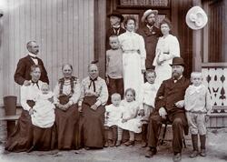 Skreddermester Johan Eriksen med familie, gruppe 15 personer