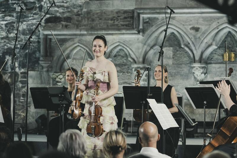 Ragnhild Hemsing og Trondheimsolistene fra konserten i Håkonshallen under Festspillene i Bergen i mai 2021.   Foto: Thor Brødreskift (Foto/Photo)