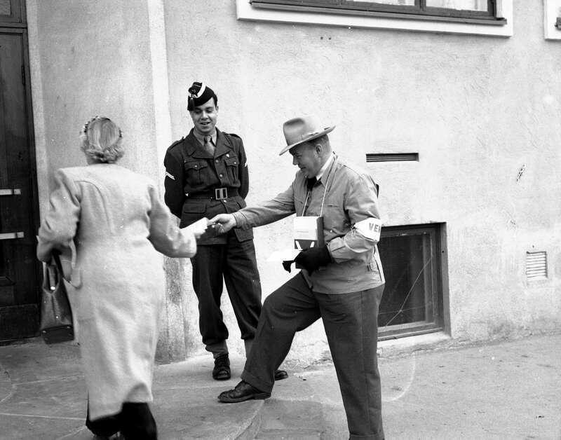 Utdeling av stemmesedler utenfor et valglokale i Oslo, antakelig ved stortingsvalg 12.10.1953. Foto: Dagbladet. Eier: Norsk folkemuseum (Foto/Photo)