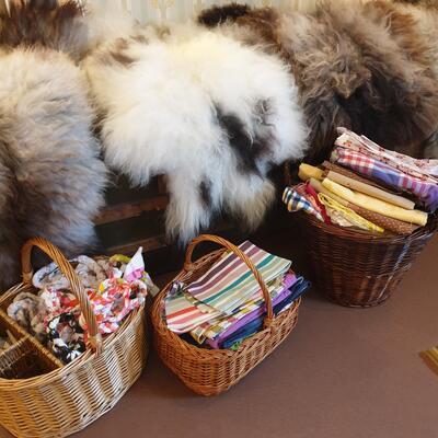 Sauefeller og korger med tekstiler (Foto/Photo)